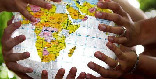 globe gonflable entouré de mains d'enfants